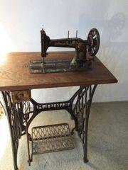 Antike prunkvolle Nähmaschine mit Gestell