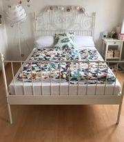 Bett aus weißem Metall