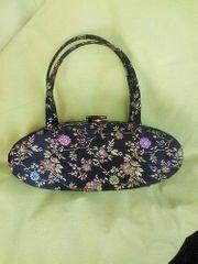 Edle schwarze Handtasche mit Blumenmuster