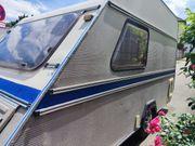 kleiner kompakter Wohnwagen mit Solar