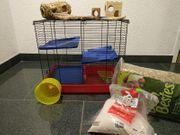 Voll ausgestatteter Hamsterkäfig in gutem