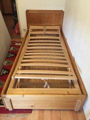 Bett aus Vollholz mit Stauraum