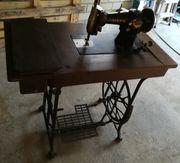 Alte Antiquare Nähmaschine mit Tisch