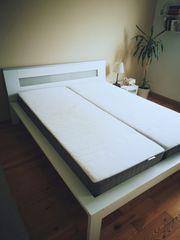 Bett weiß mit Holzrahmen 160
