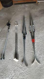 Langlaufski Skier Paar mit Stecken