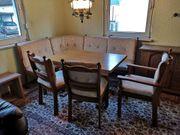 Eckbank mit drei Stühlen und
