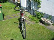 Ein weinrotes Fahrrad