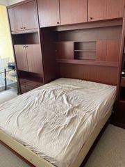 Schrank mit eingebautem Bett