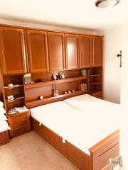 Elegantes Schlafzimmer in Kirschbaum Bett