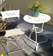 kleiner Gartentisch und Stuhl