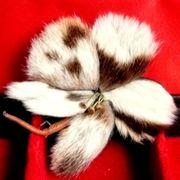 Blüten - Brosche aus Fell - original