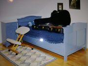 Blaues Holzbett mit passendem Nachtkästchen