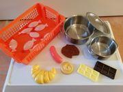 Töpfe und Lebensmittel für Kinderküche