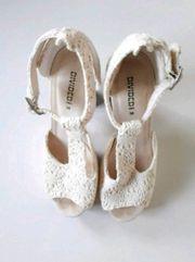 Weißes Paar Schuhe