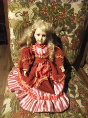 Puppe mit rotem Kleid