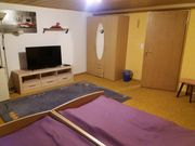 Möbliertes Zimmer mit Küche und