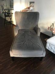 zwei gleiche Sessel