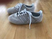 Hellgrau-weiße Wildleder Sneaker von Adidas