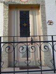Haustür aus Bauernhaus mit Seitenflügel