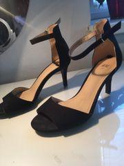 schwarze Sandalen mit