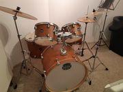Schlagzeug mit Becken und Hocker