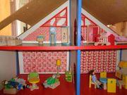 Puppenmöbel und -figuren aus Holz