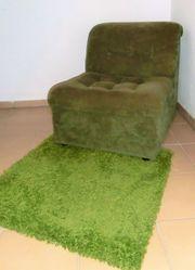 Urgemütlicher Retro-Sessel mit kleinem Teppich
