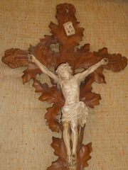 Holzkreuz mit Jesus Figur Anfang