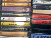 über 40 Musikkassetten - meist Originalkassetten