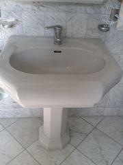 Waschbecken mit Standsäule
