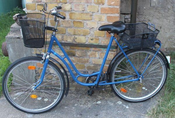 Blaues Damen-Fahrrad ideal um Einkaufen