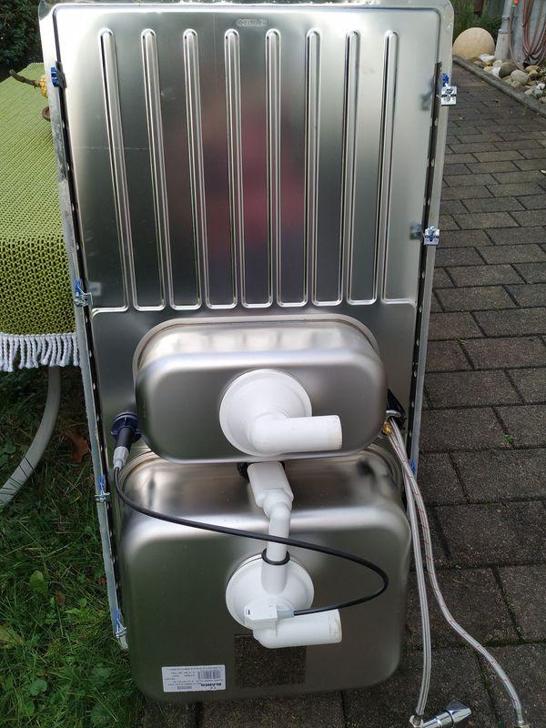 Edelstahlspüle mit Wasserhahn