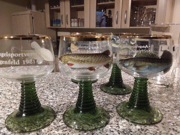 Weingläser mit Fischmotiv