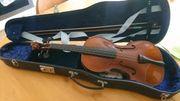 Geige mit Bogen und Koffer