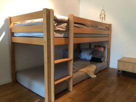 Kinder-/Jugendzimmer - Stabiles Naturholz-Hochbett mit hochwertigem Lattenrost