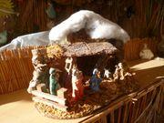 Weihnachtskrippe mit allen Figuren fest