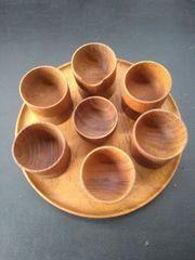 Teak Eierbecher-Set auf rundem Tablett