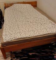Holzbett mit Rost und Matratze