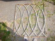 Zaun aus Fenstergitter von altem