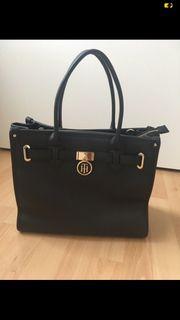 neuwertige schwarze Tommy Hilfiger Handtasche
