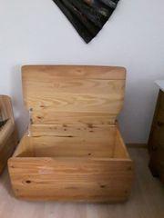 Holztruhe mit Deckel