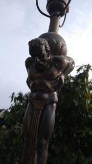 Alter Lampenfuss Atlas-Skulptur