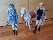 Zwei Barbies mit Pferd