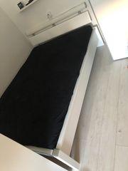 Weißes Bett