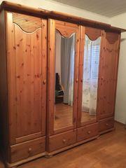 Holzschrank mit Spiegel