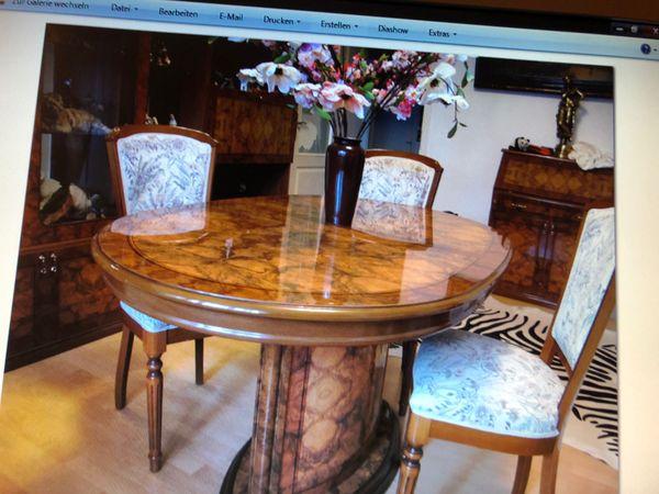 Wohnzimmer Schrank mit Tisch und