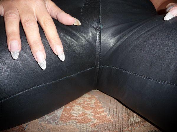 Lederkleidung Lederröcke Nylons Schuhe getragen