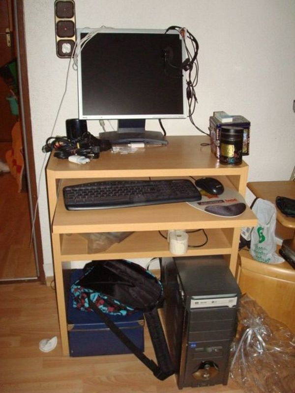 Kleiner Computertisch mit Tastaturschublade
