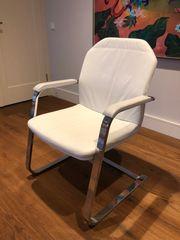 Schicker Stuhl aus weissem Leder