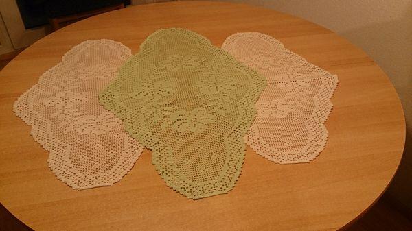 Ovale gehäkelte Deckchen mit Blumen